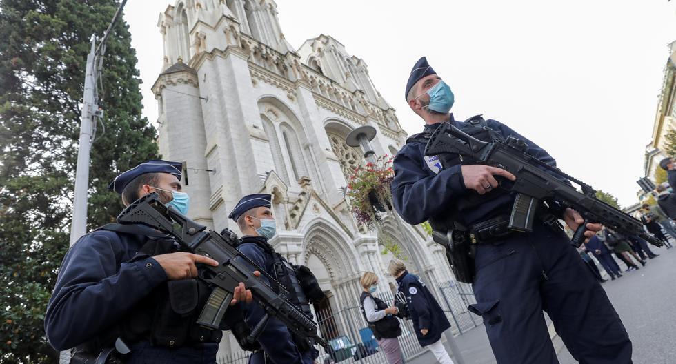 Policías franceses armados aseguran la calle cerca de la entrada de la iglesia Basílica de Notre Dame en Niza, Francia, el 29 de octubre de 2020, tras un ataque con cuchillo. (EFE/EPA/ERIC GAILLARD).