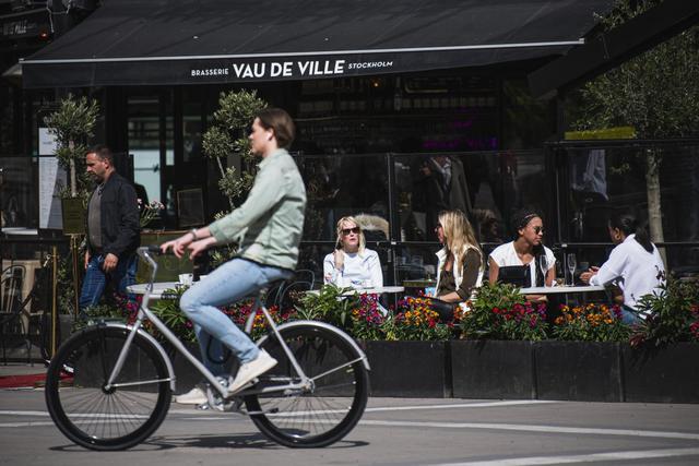 En un principio, muchos extranjeros vieron con incredulidad las imágenes de suecos cenando con amigos en restaurantes o tomando cócteles en las orillas de Estocolmo. Algunos sintieron envidia por los negocios suecos, que no se vieron obligados a cerrar.  (Foto: JONATHAN NACKSTRAND / AFP)