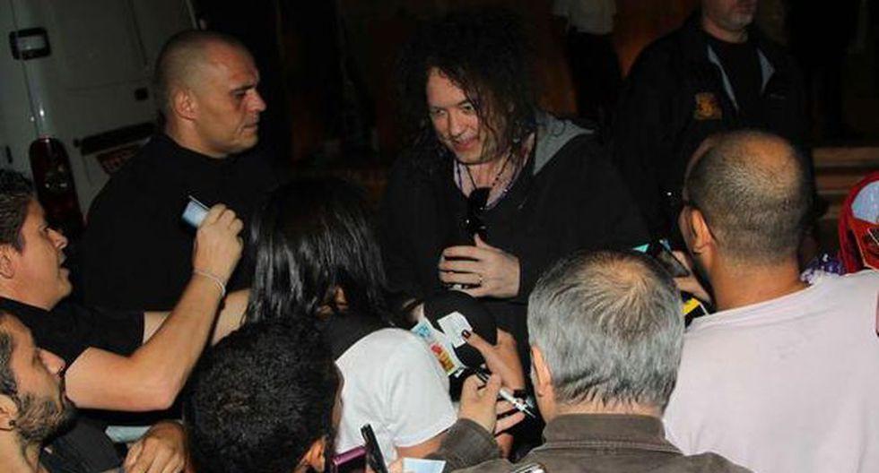 The Cure firmó autógrafos a sus admiradores en las afueras de un hotel en Brasil. (Internet)