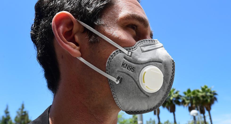 Las mascarillas con válvula no son recomendadas para protegerse del COVID-19. (Foto: Frederic J. BROWN / AFP)