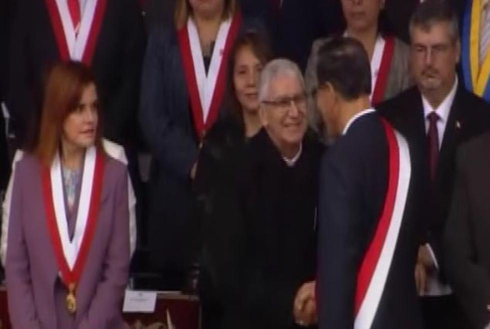 Martín Vizcarra y su distante despedida a Mercedes Araoz en la Parada Militar. (América)