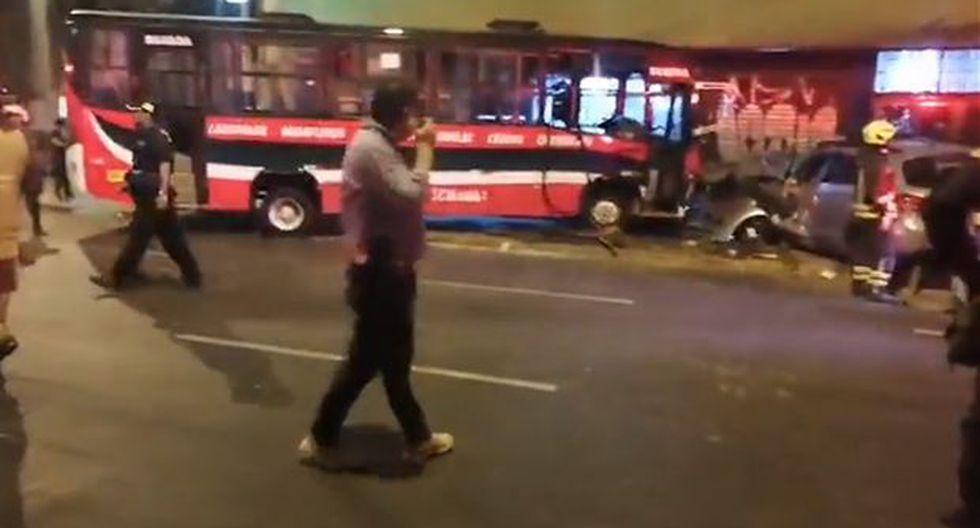 El bus de la empresa La Chama S.A. y el auto terminaron empotrados en la puerta de una lavandería. Aparentemente, ambos vehículos iban a excesiva velocidad. (Foto: Captura RPP Noticias)