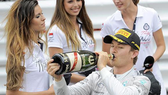 Con la victoria de Rosberg, la escudería Mercedes anotó su quinto 1-2 consecutivo. (EFE)