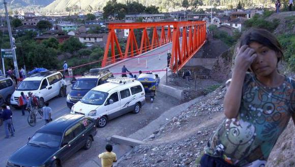 Puente sin tránsito. Las autoridades cerraron el paso peatonal para prevenir un desastre. (Andina)