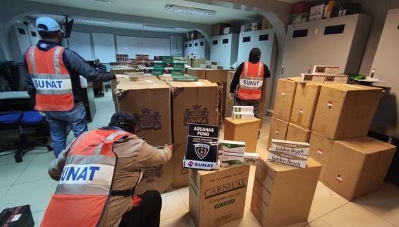 Puno: Agentes de Policía Fiscal y Aduanas incautaron casi un millón y medio de cigarrillos de contrabando en un camión que ingresó por la frontera con Bolivia y cuyo chofer escapó. (Foto : Aduanas Sunat)