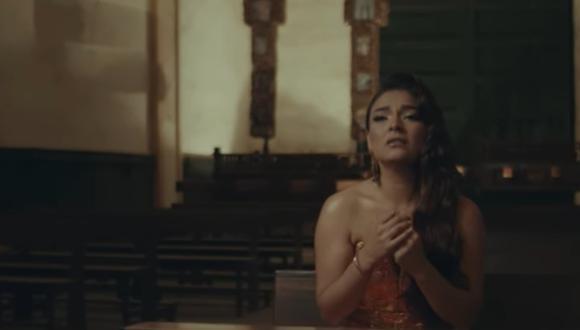 """Cielo Torres besa apasionadamente a chico reality en su nuevo videoclip """"Nunca es suficiente"""" (Foto: captura YouTube)"""