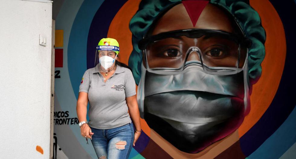 Una trabajadora de la salud pasa frente a un mural pintado en homenaje a la labor que realizan los equipos médicos contra la pandemia de coronavirus COVID-19 en el Hospital Estatal Ana Francisca Pérez de León de Caracas, Venezuela. (Foto: Yuri CORTEZ / AFP).