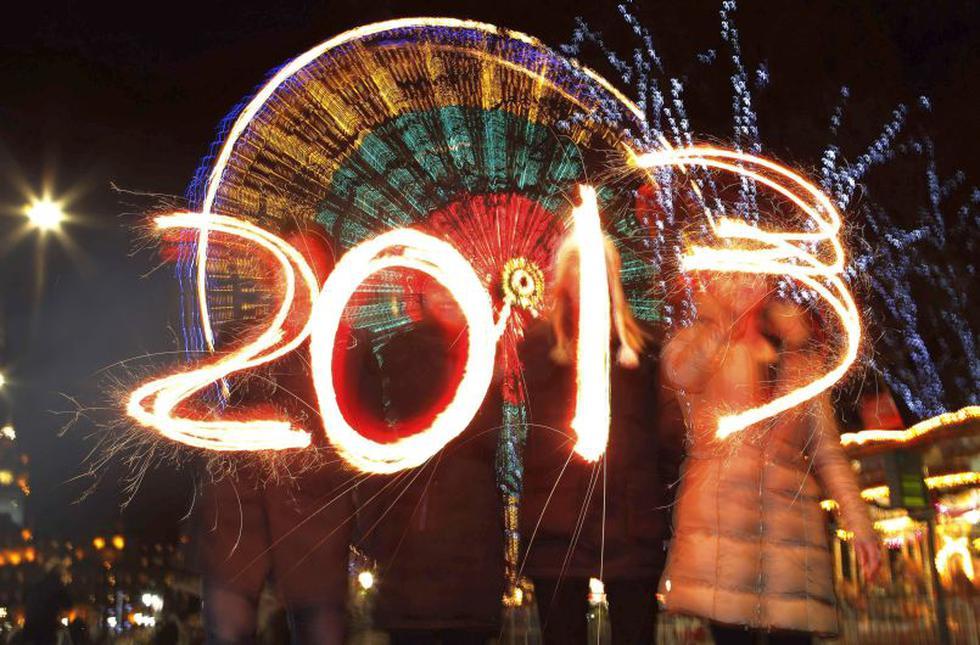 Jóvenes escriben el número 2013 con bengalas durante las  celebraciones en Edimburgo. (Reuters)