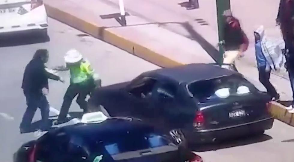 Indignante. El efectivo policial cumplía con su trabajo y fue atacado cobardemente por estos sujetos. (Captura de pantalla)