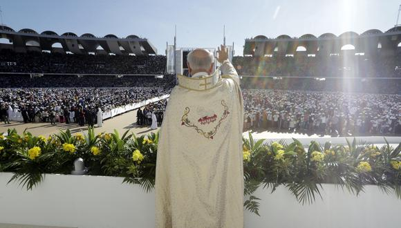 El papa destacó la dificultad de vivir lejos de casa, y sentir la ausencia de las personas más queridas y la incertidumbre por el futuro. (Foto: AP)