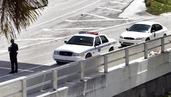 ABATIDO. El cuerpo sin vida del asesino yacía al costado de una calle del centro de la ciudad de Miami. (The Miami Herald)