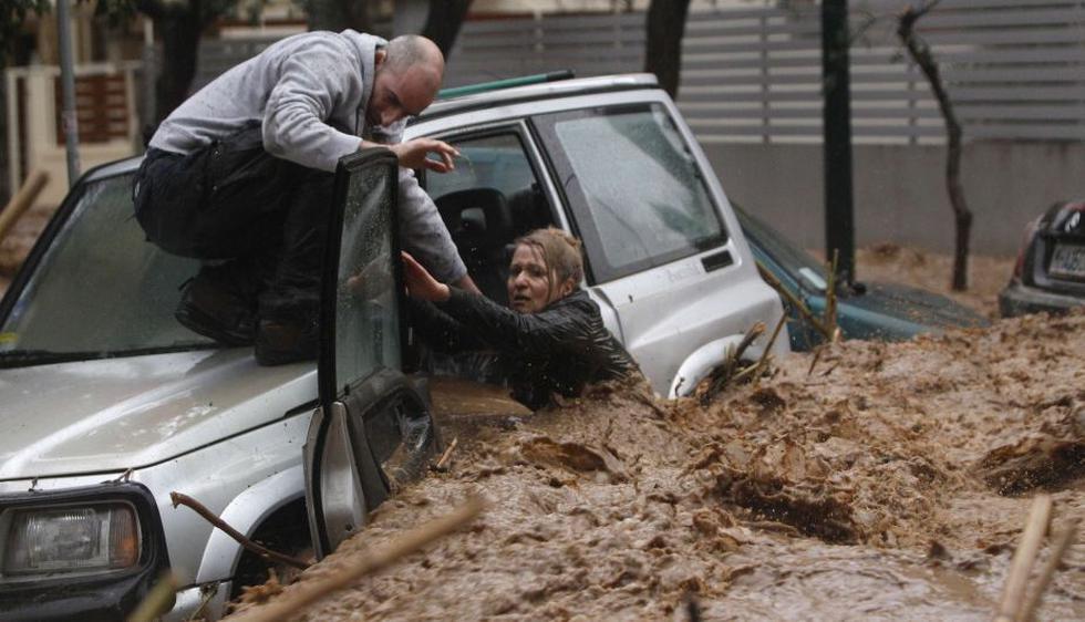 Al menos 10 conductores debieron ser liberados por rescatistas tras ser sorprendidos al volante por la riada. (Reuters)