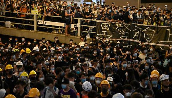 Miles de manifestantes se reunieron en la sede de la policía de Hong Kong exigiendo la renuncia del líder pro-Pekín de la ciudad y la liberación de manifestantes arrestados. (Foto: AFP)