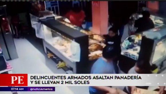 Tres delincuentes ingresaron el último viernes a una panadería ubicada en la calle Copacabama en el distrito de Ventanilla. (América TV.)