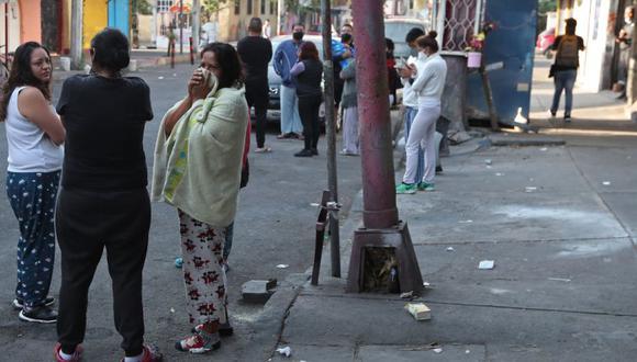 Habitantes salen de sus casas después que sonara por error una alerta sísmica en Ciudad de México (México). ( Foto: EFE/ Mario Guzmán)