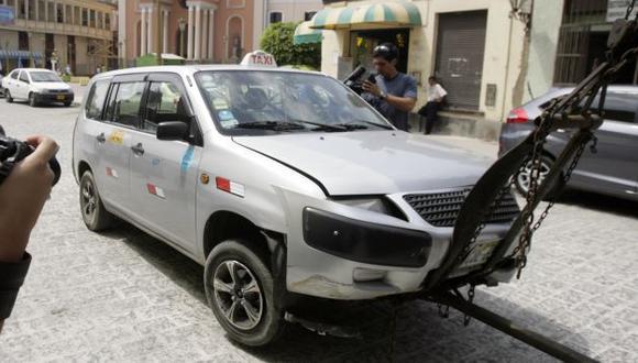 AUTO EN QUE HUÍA. Así quedó el taxi que usaba Luis Reaño luego de chocar contra un sardinel. (Alberto Orbegoso)