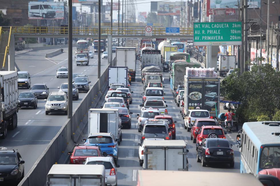 Gran congestión vehicular se registró esta mañana en la Panamericana Norte, a la altura del distrito de San Martín de Porres, donde centenares de autos avanzaban escasos metros tras largos minutos de espera para poder llegar a sus destinos. (Britanie Arroyo / @photo.gec)