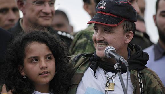 Arbey Delgado junto a su hija cuando fue rescatado, en junio de 2010. (USI)