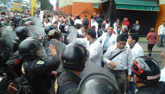 A LAS CALLES. Mientras los pacientes esperan en los hospitales, los médicos se enfrentan a la Policía. (USI)