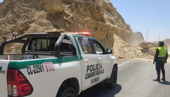 Los bloques de piedra y tierra cubrieron lo ancho de la vía en el distrito de Los órganos. (Foto: PNP)