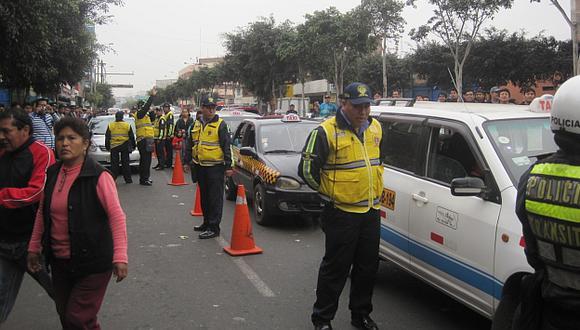 Al depósito. En la avenida Abancay ya se multaron 16 vehículos. (Patricia Chumo)