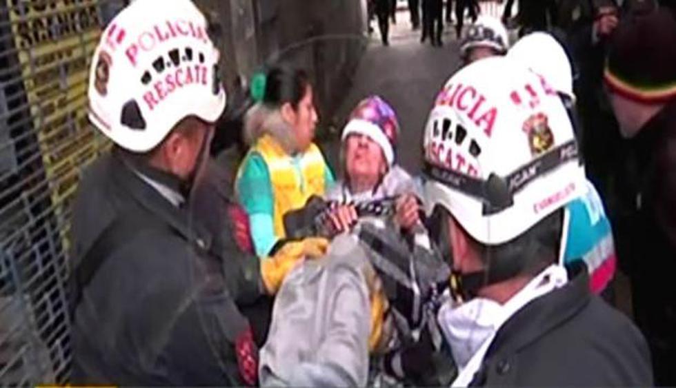 Rescatan a anciana atrapada en edificio incendiado en la avenida Abancay. (RPP)