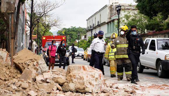 Miembros de la policía y de los bomberos observan los daños causados en una barda derrumbada este martes, en la ciudad de Oaxaca (México). (Foto: EFE/ Óscar Méndez)