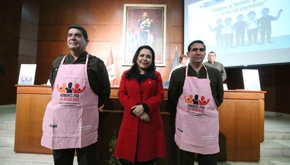 Las imágenes de miembros del Ejército con mandil rosado han causado polémica. (Foto: Andina)