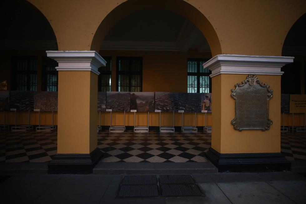ESCAPARATE AMARILLO. Castañeda exhibe sus obras en el palacio edil. Las tomas son del viernes. (Renzo Salazar)