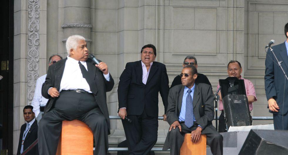 Junto a Arturo 'Zambo' Cavero, Alan García no dudó en ponerse a cantar al son de la música criolla, en 2008. (Foto: GEC)