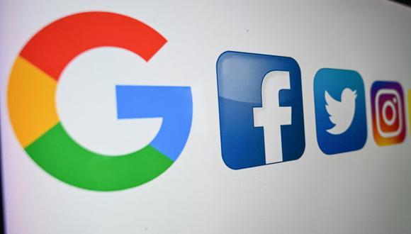 Google pagará por las noticias que aparecen en su nueva herramienta Google News Showcase y Facebook remunerará a los proveedores que aparezcan en su producto News, que lanzará en Australia este año. (Foto: DENIS CHARLET / AFP)
