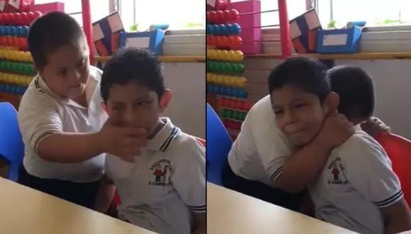 El niño con síndrome de down al ver a su compañero triste y angustiado no duda en abrazarlo.