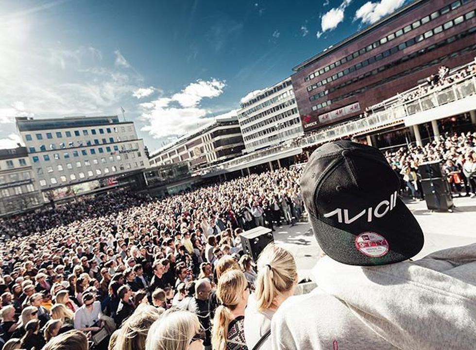 Avicii: Miles de fanáticos se reúnen en el centro de Estocolmo para rendirle homenaje. (Twitter)
