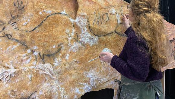 La artista argentina Lorena Acin trabaja en la elaboración de una réplica de la cueva prehistórica de Cosquer (sureste de Francia), cuyas 500 pinturas rupestres quedarán sumergidas por la subida del nivel del mar. (Foto: EFE)