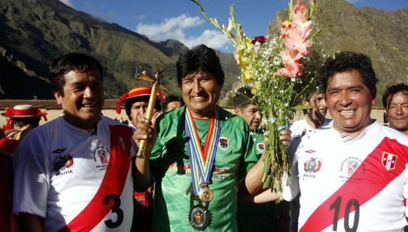 Morales se jugó una 'pichanga' con las autoridades ediles. (Andina)