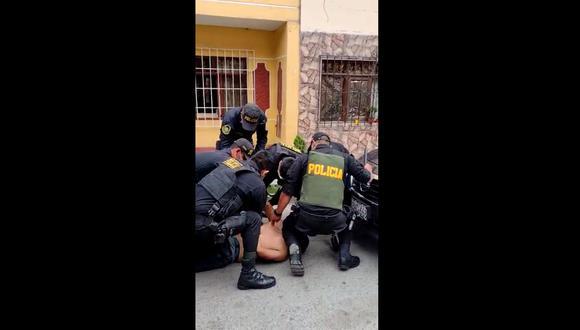 Ocho policías se necesitaron para reducir y capturar al violento sujeto.