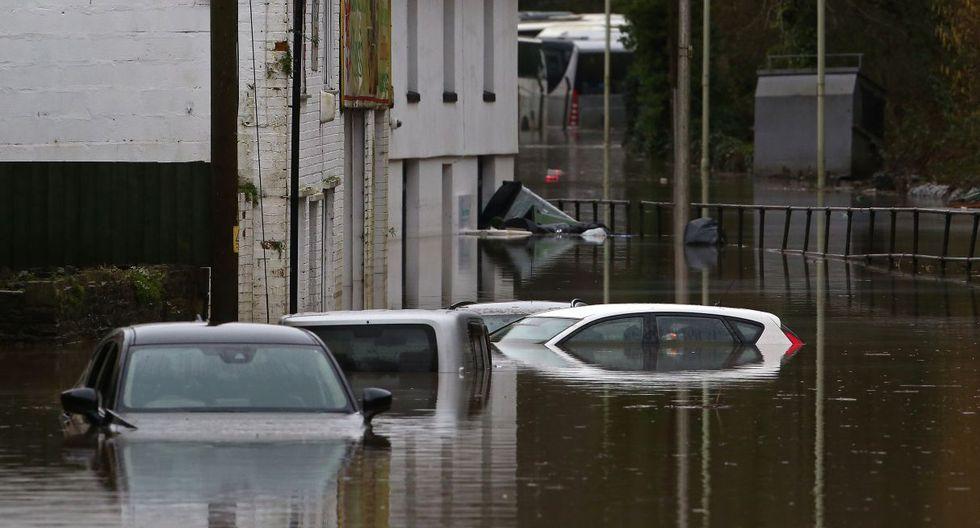 Los automóviles permanecen sumergidos en el agua de la inundación después de que el río Taff explotara en Nantgarw, al sur de Ponypridd, en el sur de Gales. (AFP).
