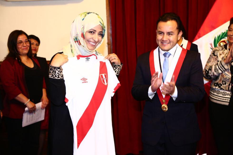 Reconocida yemení alzó la camiseta de la selección peruana. (Congreso)