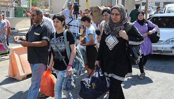 Buscan refugio. Miles de sirios siguen dejando su país porque la violencia va en aumento. (AP)