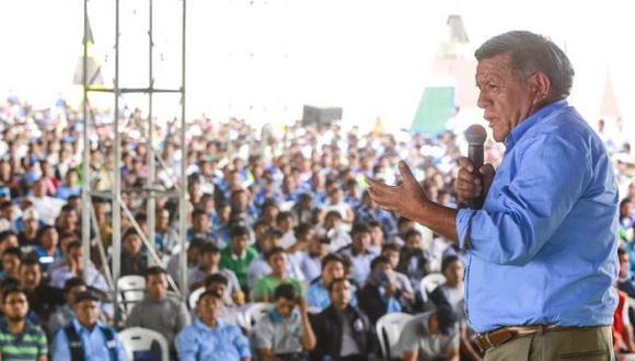 """""""El mundo se está llenando de caudillos providenciales que parecen tratar la realidad sin intermediarios"""", dice el columnista. En la foto, César Acuña, candidato presidencial de APP."""