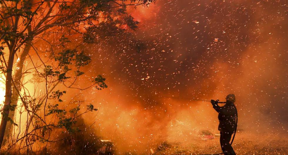 Un bombero combate las llamas en Córdoba, Argentina, el lunes 12 de octubre de 2020. (AP/Nicolas Aguilera).