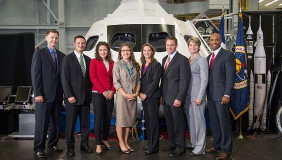 Los seleccionados posan frente a una réplica de la cápsula espacial Orion. (NASA)