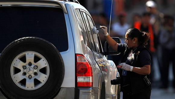 Policía revisa camioneta donde fueron baleados el diputado y su hermano. (Reuters)