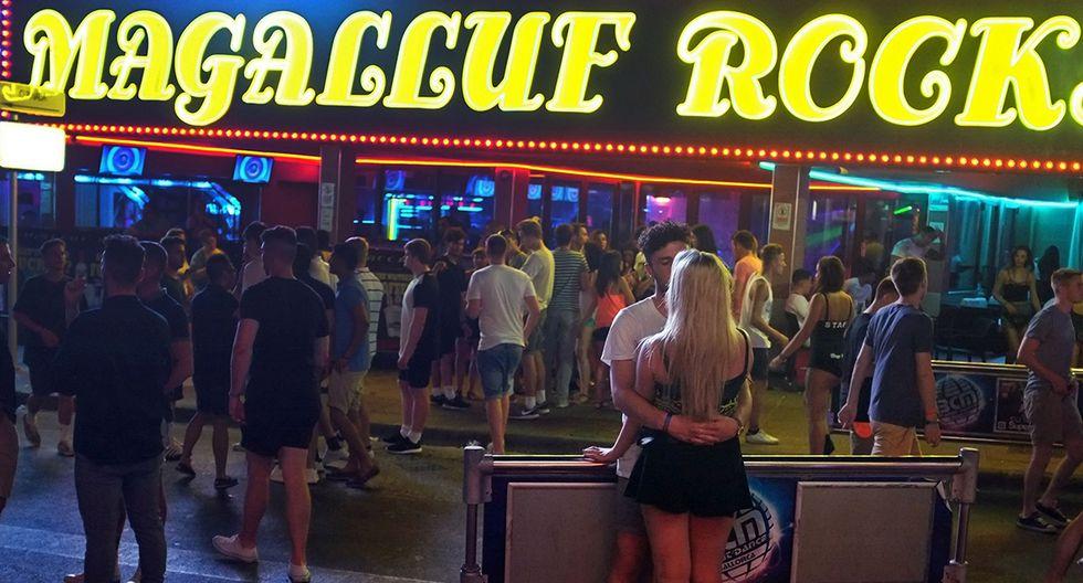 Club de la calle Punta Ballena en el complejo vacacional Magaluf en Calvia, en la isla española de Mallorca. Autoridades españolas buscan frenar el consumo desenfrenado de alcohol en esta y otras zonas turísticas. (Foto: AFP/Archivo)