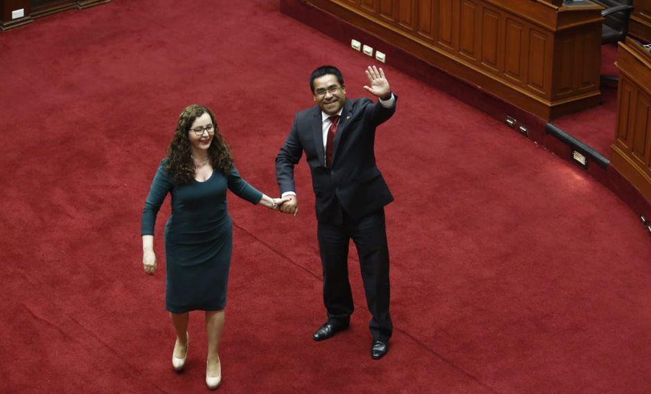 Los presidentes de la Comisión de Constitución y la Comisión de Justicia, Rosa Bartra y Alberto Oliva se felicitan luego de la aprobación de la Ley Orgánica de la JNJ. (Foto: Piko Tamashiro / GEC)