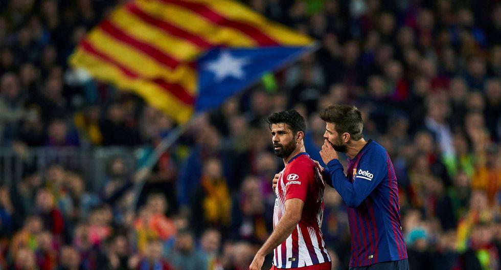 Diego Costa es conducido a los camerinos por Gerard Piqué, jugador del Barcelona. (Foto: EFE)