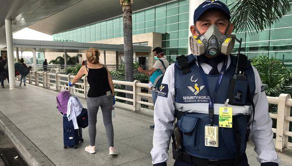 Guardia de seguridad con una máscara en el aeropuerto de Guayaquil. Autoridades ecuatorianas pretenden reabrir los aeropuertos el próximo 1 de junio. (Foto: AFP/Manuela Picq)