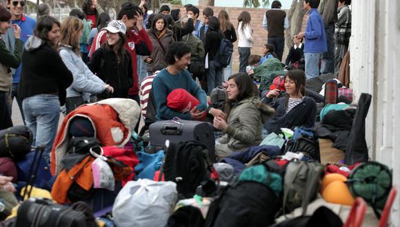 Turistas varados a los exteriores de un aeropuerto. (Foto referencial: AFP/MARCOS GARCIA).