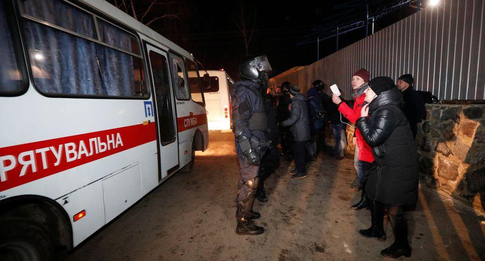 Las piedras rompieron una ventana de uno de los autobuses, pero los evacuados no parecían lesionados. (Reuters).