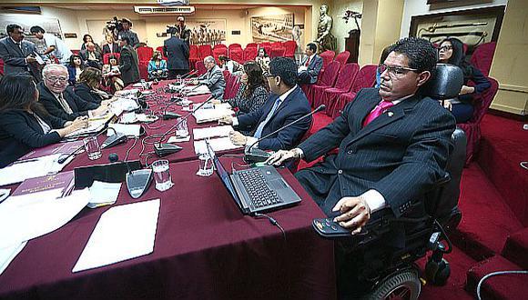 Urtecho en la sesión de la subcomisión. Al fondo, Lay, que sustentó informe. (Rafael Cornejo)